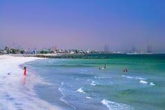 Paradis tropical Échouez avec des canapés et des parasols du soleil à Dubaï, sur le golfe Persique L'émirat de RAS al Khaimah tei images stock