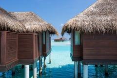 Paradis tropical exotique au-dessus de vue de l'eau Photos stock