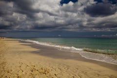 Paradis tropical, plage merveilleuse au coucher du soleil Image libre de droits