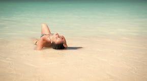 Paradisaic fröjd Lagun för vatten för hav för turkos för sexig bikini för flicka lekmanna- avslappnande Kvinna på semester som ko arkivbilder