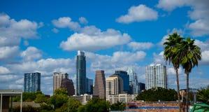 ParadisAustin Texas Skyline Sunny Day Blue himmel med två mer nära tropiska palmträd royaltyfria bilder