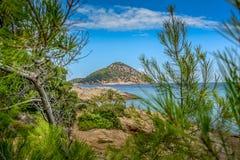 Paradise-eiland met blauwe overzees stock foto