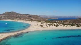 Paradise-het blauwe overzees van het zandstrand in Griekenland stock footage