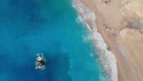 Paradise-het blauwe overzees van het zandstrand in Griekenland stock videobeelden