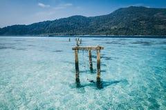 Paradise-Insel Crystal Clear Sea, blau, Palmen, auf fyre stockbild
