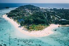 Paradise-Insel Crystal Clear Sea, blau, Palmen, auf fyre stockfotos