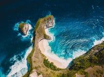 Paradise-Strand mit felsiger Klippe auf Insel Nusa Penida Luftbrummenansicht stockfotografie