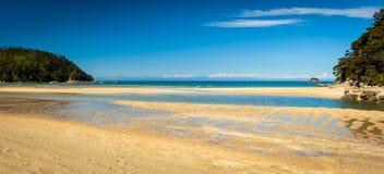Paradisiac plaża w Abel Tasman w Nowa Zelandia Zdjęcie Royalty Free
