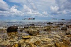 Paradisisk strand av Patong, Koh Phuket i Thailand Royaltyfri Foto