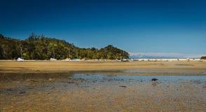 Paradisisk strand i Abel Tasman i Nya Zeeland Fotografering för Bildbyråer