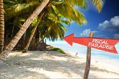 Paradiso fiscale con la freccia rossa sull'isola tropicale fotografie stock libere da diritti