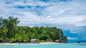 Paradiso nella capanna dell'acqua dell'alloggio presso famiglie sull'isola di Kri Raja Ampat, Indonesia, Papuasia ad ovest Fotografie Stock Libere da Diritti
