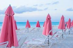 Paradissikt av den tropiska tomma sandiga plagen med Royaltyfri Foto