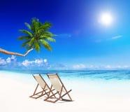 Paradisstrand för avkoppling med strandstolar Arkivbild