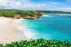 Paradisstrand med det vita sand- och blåtthavet Arkivbild