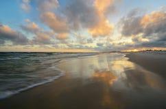 Paradisstrand med klart vatten under solnedgång Royaltyfri Fotografi