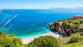Paradisstranden: klart turkoshavsvatten, vita kiselstenar sätter på land och huset på stranden royaltyfri bild