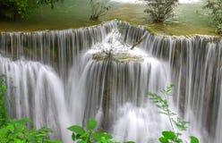 Paradisvattenfall (Huay Mae Kamin Waterfall) i Kanchanaburi Royaltyfri Bild