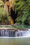 Paradisvattenfall med grottan som lokaliseras i den Thanbok Khoranee nationalparken av Thailand, långt exponeringsskott Royaltyfria Foton