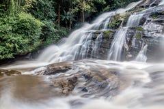 Paradisvattenfall som lokaliseras i djup skog av Thailand Royaltyfri Bild