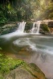 Paradisvattenfall som lokaliseras i djup skog av Thailand Arkivbild
