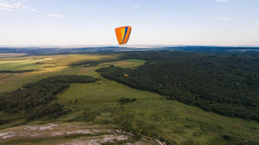 Paradlider που πετά πέρα από το μόνο βουνό _ Στοκ Φωτογραφία