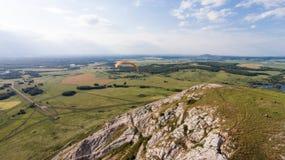 Paradlider volant au-dessus de la seule montagne aérien Photos libres de droits