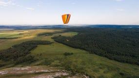 Paradlider volant au-dessus de la seule montagne aérien Photographie stock