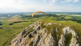 Paradlider volant au-dessus de la seule montagne aérien Photo stock