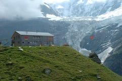 Parador Grindelwald próximo de la montaña en Suiza Foto de archivo