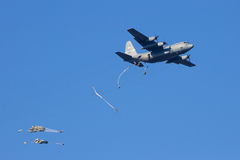 Paradrop C-130 Royaltyfria Bilder