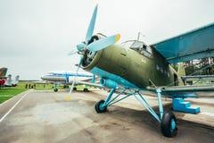 飞行著名苏联平面Paradropper安托诺夫An-2遗产  免版税库存照片