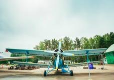 飞行著名苏联平面Paradropper安托诺夫An-2遗产  免版税库存图片