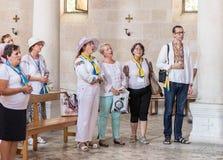 Parafianie śpiewają psalmy w Tabgha - kościół katolickiego mnożenie chleb i ryba lokalizować na brzeg morze Gala fotografia stock