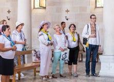 Parafianie śpiewają psalmy w Tabgha - kościół katolickiego mnożenie chleb i ryba lokalizować na brzeg morze Gala obrazy stock