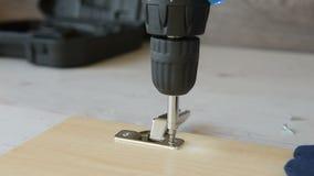 Parafusando um parafuso com chave de fenda elétrica video estoque