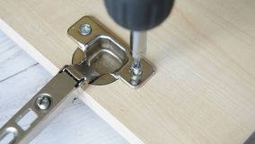 Parafusando um parafuso com chave de fenda elétrica vídeos de arquivo