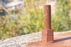 Parafuso de âncora oxidado velho com placa do ferro - imagem com espaço da cópia foto de stock