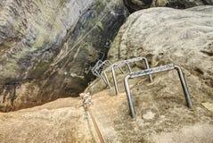 Parafuso de aço de escalada concreted na rocha do arenito fotos de stock