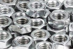 Parafuso de metal do close up (parafuso) e porcas no fundo branco fotografia de stock