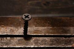 Parafuso de metal preto em um vice imagens de stock royalty free
