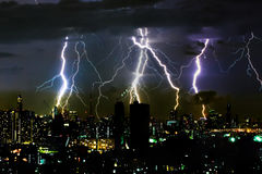 Parafuso de relâmpago dramático da tempestade do trovão no scape horizontal do céu e da cidade imagens de stock