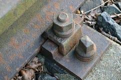 Parafuso oxidado do trilho fotografia de stock