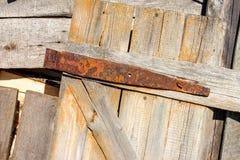 Parafuso oxidado em uma porta velha de madeira Imagem de Stock