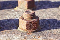 Parafuso oxidado velho com a barra de metal rosqueada - imagem com espaço da cópia foto de stock royalty free