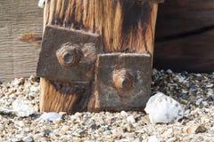 Parafuso oxidado velho na construção de madeira do beira-mar imagem de stock royalty free