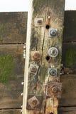 Parafuso oxidado velho na construção de madeira do beira-mar imagens de stock royalty free