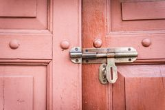 Parafuso velho em uma porta de madeira retro Fotografia de Stock Royalty Free