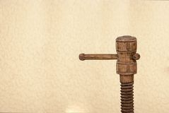 Parafuso velho feito da madeira imagem de stock royalty free