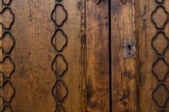 Parafuso velho na porta de madeira rústica com ornamento Fotografia de Stock